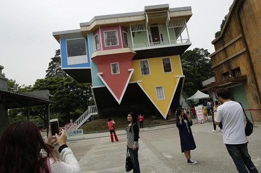 Bức hình chụplại khoảnh khắc các du khách đang tham quan ngôi nhà đảongược đầy sáng tạonày tại Công viên sáng tạo Hoa Sơn, Đài Bắc, Đài Loan ngày 07/04/2016.