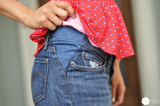Nếu bạn có chiếc quần jeans cũ yêu thích và rất muốn mặc nhưng lại quá chật so với kích cỡ hông của bạn thì chọn ngay miến vải jeans cùng màu và may lên phần góc hai bên của chiếc quần nhé. Đảm bảo bạn sẽ vừa ý ngay lập tức khi thành quả của mình làm xong.
