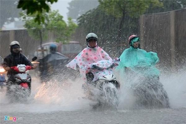 Do ảnh hưởng của áp thấp nhiệt đới nhiều khả năng gây ngập nước vào giờ tan tầm. (Ảnh: TTXVN, Zing)