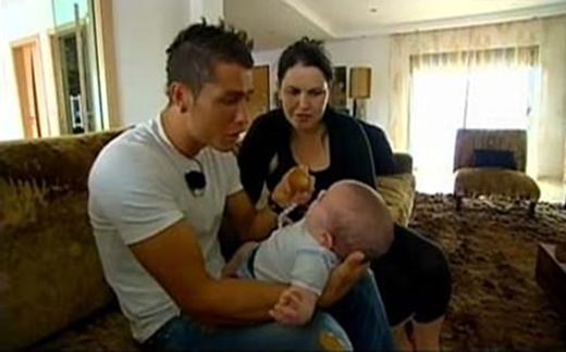 Ronaldo bế con trai bé bỏng và ngồi cạnh mẹtrong một cuốn phim tài liệu nói về cuộc đời anh.