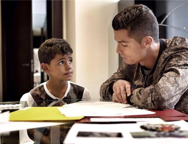 Dù cho con học trường tư danh tiếng, CR7 vẫn tranh thủ từng giây phút rảnh rỗi để cùng con làm bài tập.