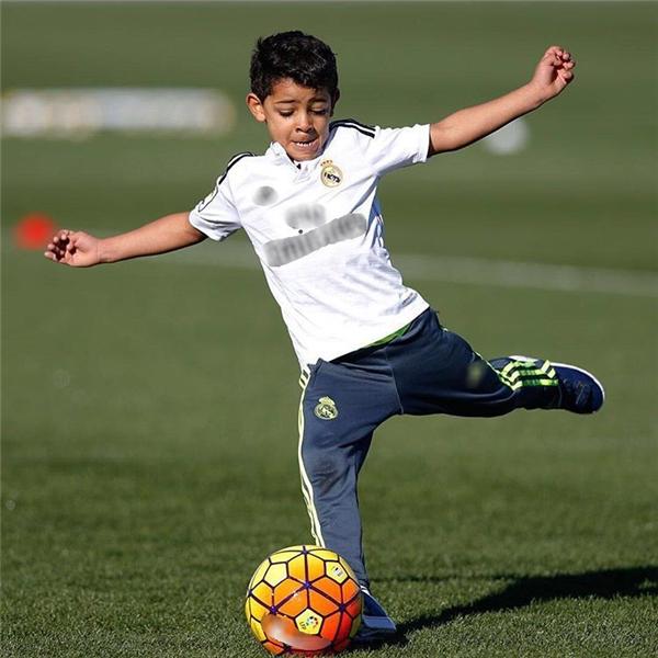 Cậu bé cũng bộc lộ đam mê và năng khiếu từ nhỏ với trái bóng, hệt như bố.