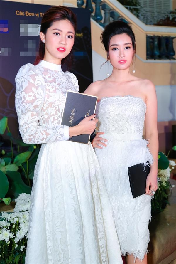 Hoa hậu Đỗ Mỹ Linh xuất hiện trên thảm đỏ cùng Á hậu Thanh Tú, cả hai diện trang phục với sắc trắng tinh khôi, trẻ trung. Nếu như Mỹ Linh quyến rũ với dáng váy cúp ngực ôm sát thì Thanh Tú lại điệu đà, kín đáo với váy xòe cổ điển.