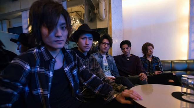 Tiếp viên nam của câu lạc bộ Shangrila ngồi bên cạnhông chủ Ryohey Onizuka (thứ 2 từ phải sang).