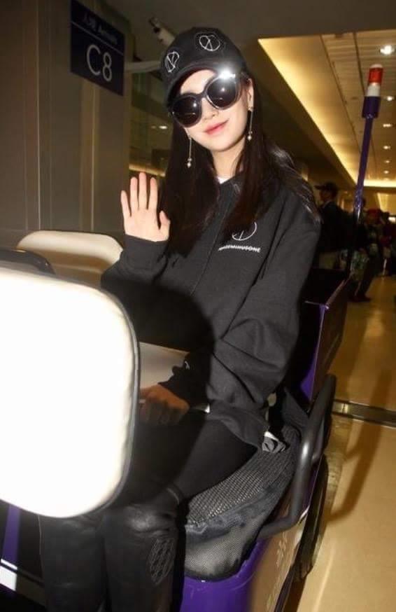 Angela Baby tươi tắn đầy khí chất tại sân bay.