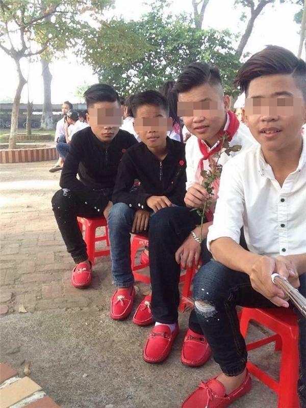 Các chàng trai giày đỏ bên bông hoa hồng.(Ảnh: Internet)