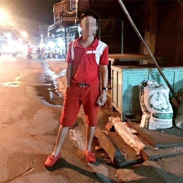 Anh chàng yêu màu đỏ, từ giày cho tới quần áo luôn nhé.(Ảnh: Internet)