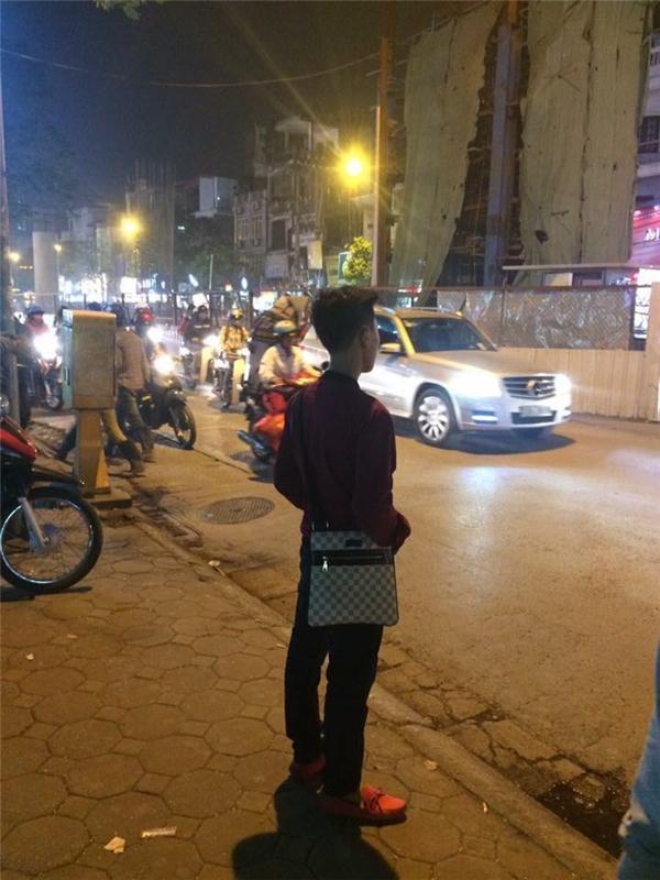 """Đúng chuẩn thanh niên """"hot trend"""" luôn nhé. Túi xách đeo chéo, giày đỏ, tay đút túi quần, đứng nhìn xa xăm.(Ảnh: Internet)"""