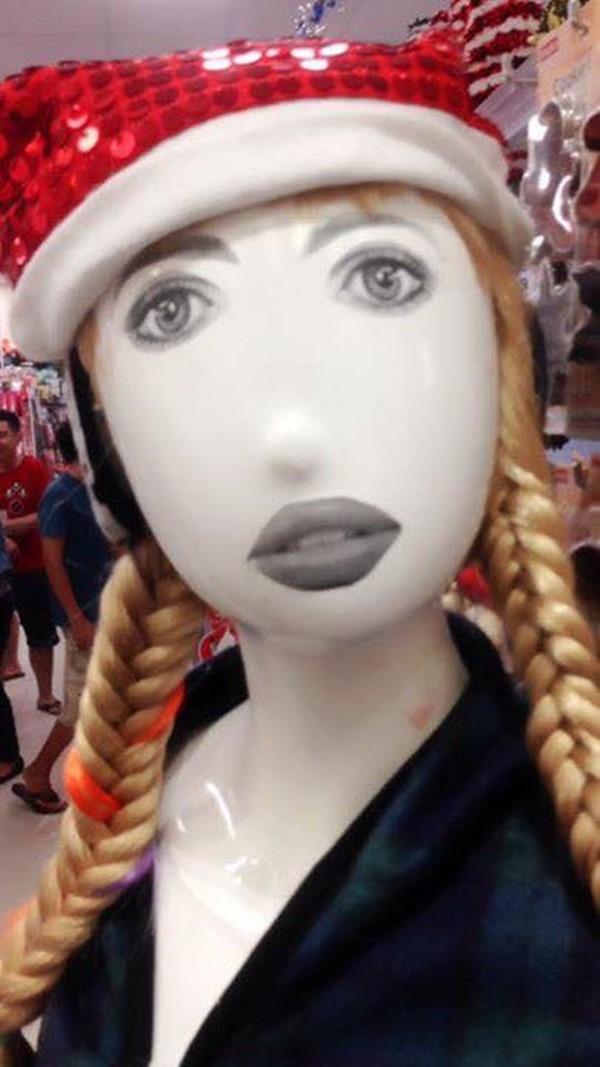 Em là cô gái đội mũ đỏ, bỏ thế giới nhỏ để... đứng đây.(Ảnh: Internet)