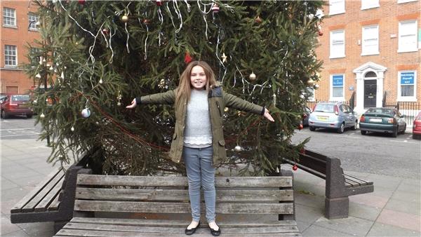 Cô bé Mia Kirkden - người đã mang phép màu đến cho cây thông tội nghiệp.(Ảnh: Metro)