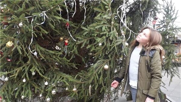 Và cuối cùng, cây thông đã trở nên lung linh hơn rất nhiều, đúng như ý nguyện của cô bé. (Ảnh: Metro)