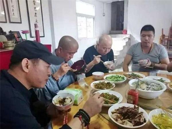 Trong thời gian qua, Lý Liên Kiệt chủ yếu sống ở chùa, sinh hoạt, niệm kinh như các nhà sư.