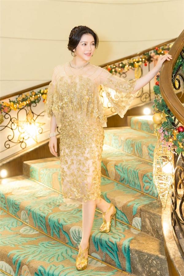 Xuất hiện tại sự kiện, Lý Nhã Kỳ diện bộ đầm ánh vàng với những hoạ tiết hoa, đá quý đính nổi 3D sang trọng, nổi bật của NTK Lê Thanh Hoà. - Tin sao Viet - Tin tuc sao Viet - Scandal sao Viet - Tin tuc cua Sao - Tin cua Sao
