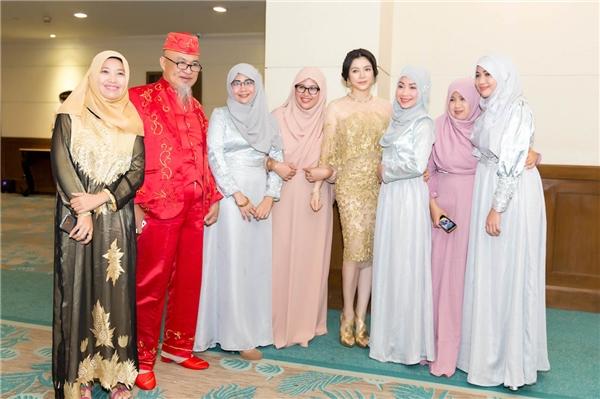 Vẻ đẹp của Lý Nhã Kỳlập tứcgây xôn xao với các quan khách tại tiệc chào mừng, hầu hết các khách mời, đặc biệt là phụ nữ đều đã thốt lên khen ngợi dung nhan công chúa Châu Á của bộ tộc Mindanao và xin được chụp hình kỷ niệm chung. - Tin sao Viet - Tin tuc sao Viet - Scandal sao Viet - Tin tuc cua Sao - Tin cua Sao