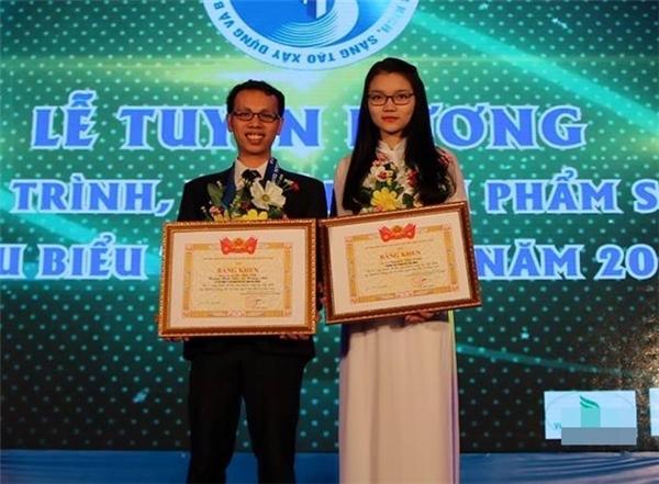 """Cô gái nhỏ được vinh danh tại giải thưởng""""Festival Sáng tạo trẻ toàn quốc lần 9""""."""