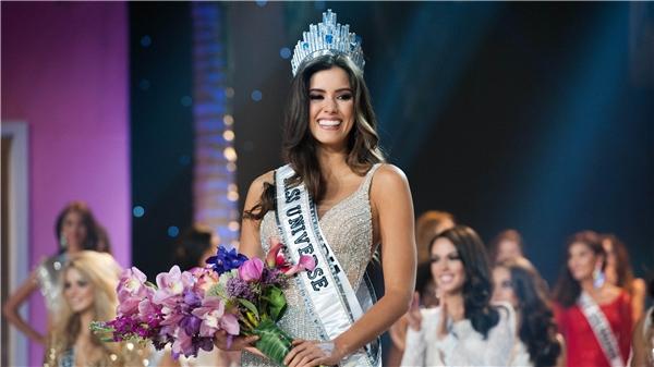 Lý Nhã Kỳ đội vương miện giống hệt Hoa hậu Hoàn vũ?