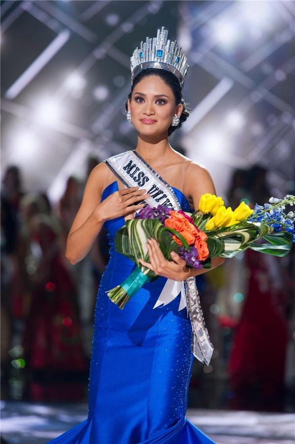 Người đầu tiên được đội chiếc vương miện này là Paulina Vega(trên) đến từ Colombia. Năm 2015, cô trao lại cho người kế nhiệm đến từ Philippines Pia Alonzo Wurtzbach.