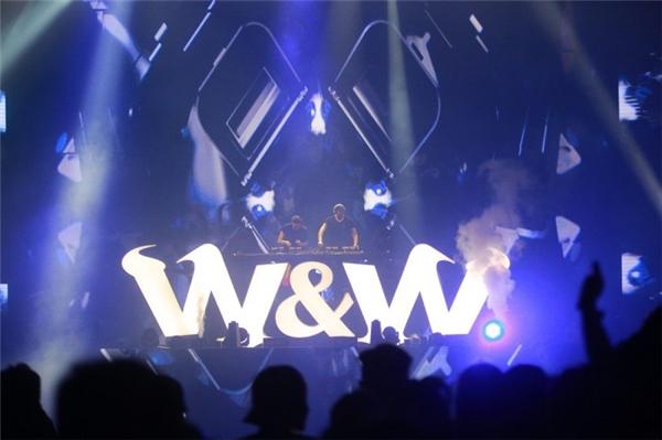 Bộ đôi W&W trong lần thứ 2 đến Việt Nam cùng với những bản nhạc progressive house và big room đặc trưng của mình.