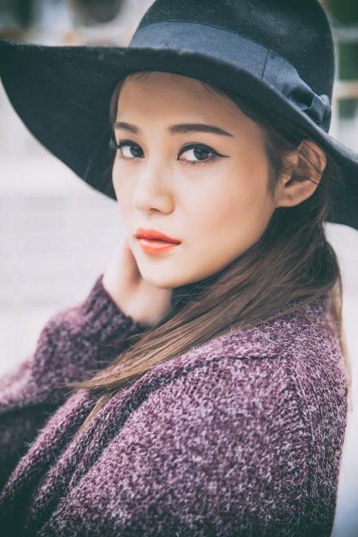 Cô nàng sở hữu gương mặt sắc sảo…