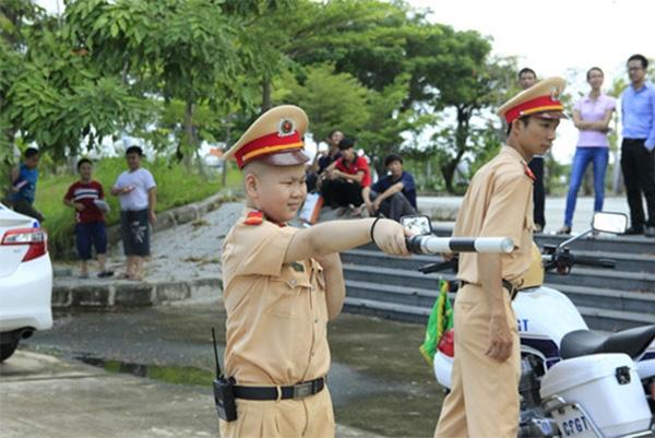 Em Dũngrất tự tin trong trang phục của người chiến sĩ CSGT khi làm nhiệm vụ. (Ảnh: Internet)