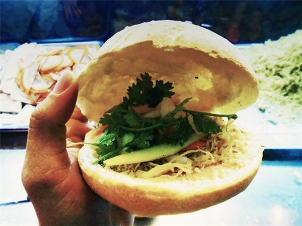 Ổ bánh mì gà 5 ngànvới đầy đủ thịt gà xé, bơ, pate, hành ngò, dưa chua