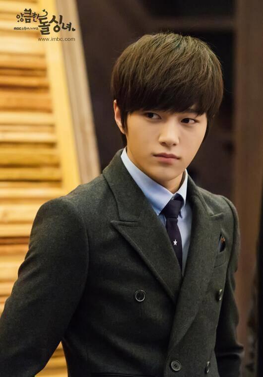 """L (Infinite)nổi tiếng với gương mặt hoàn hảo """"không góc chết""""."""