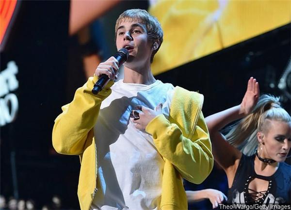 Justin Bieber đã xuất hiện và trình diễn lúc 23h45.