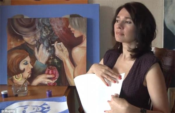Irina Romanovskaya được biết đến là nữ họa sĩ đầu tiên và duy nhất tính đến hiện tại vẽ tranh chân dung bằng ngực.