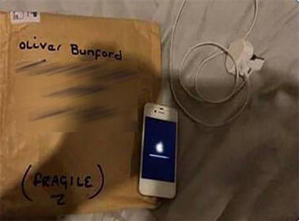 """Sau khi câu chuyện của Oliverđược chia sẻ trên mạng,125 người lạ đã""""hoàn tiền"""" và tặng 82 chiếc iPhone mới cho cậu bé."""