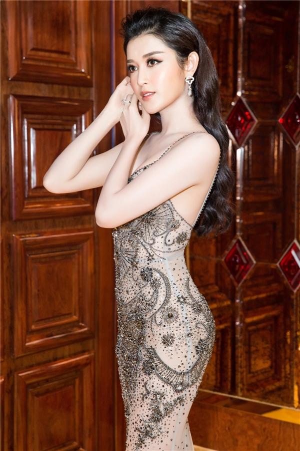 Cô diện một thiết kế váy trong suốt của nhà thiết kế Đỗ Long. Bộ cánh đẳng cấp khoe trọn lợi thế về hình thể với số đo ba vòng đáng ngưỡng mộ của Á hậu.