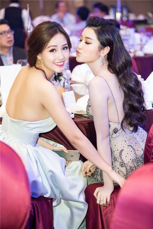 Đặc biệt, hai người đẹp nhận được nhiều chú ý khi cùng khoe lưng trần vô cùng gợi cảm.