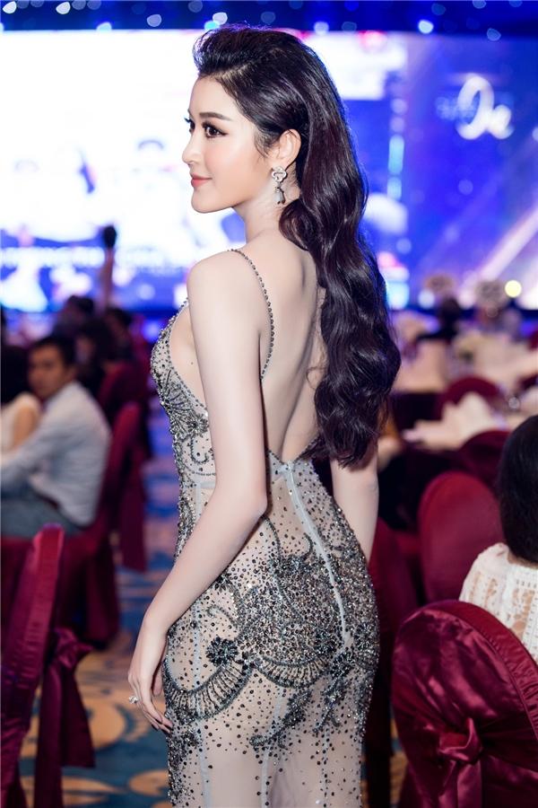 Mặc dù phải làm việc với tần suất liên tục và di chuyển giữa nhiều nơi, Huyền My vẫn giữ được vẻ đẹp và tràn đầy năng lượng. Hiện tại, cô có chuyến công tác kéo dài bốn ngày tại Sài Gòn và tham dự nhiều sự kiện liên tiếp.
