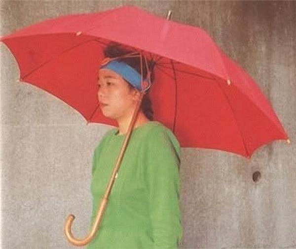 Còn ngày mưa thì đã có dù... tự cầm đây.