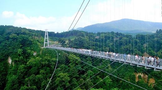 """Không dừng bước với cây cầu """"dài nhất, cao nhất thế giới"""", làm bằng kính trong suốt..."""