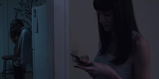 Nội dung của phim sẽ kể về câu chuyện của một cô gái thức giấc giữa đêm bởi một tin nhắn gửi đến điện thoại cùa mình. Điều đáng sợ là trong tin nhắn ấy lại có những tấm hình chụp cô lúc ngủ. Liệu thật sự có ai đó đã lẻn vào nhà của cô và làm ra loại chuyện biến thái này?