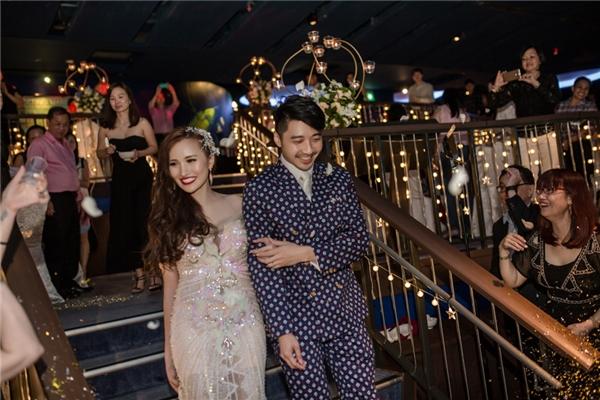 Cặp đôi trẻ sánh bước cùng nhau trong hôn lễ tại thủy cung lớn nhất thế giới.