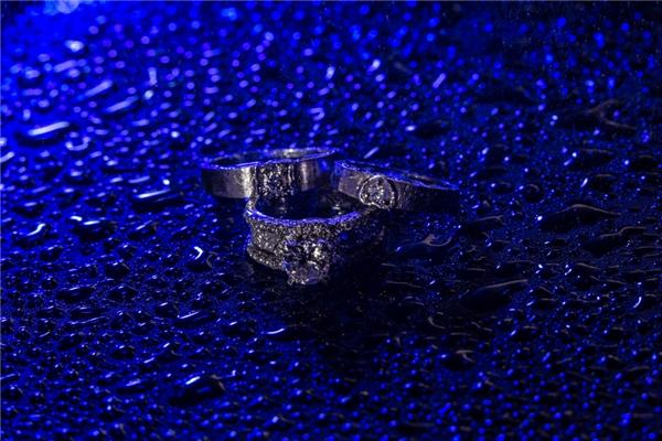 Nhẫn cưới và nhẫn đính hôn vô cùng sang trọng của cặp đôi.