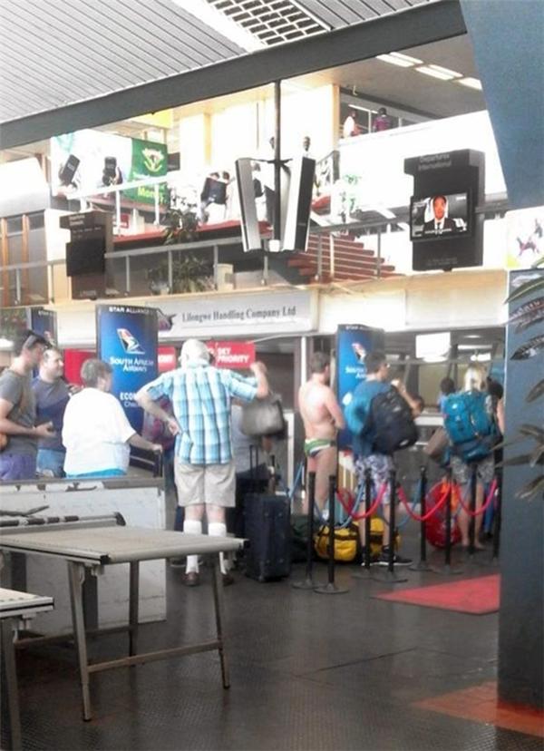 Greig đã khiến cho các hành khách có mặt tại sân bay được phen choáng váng.
