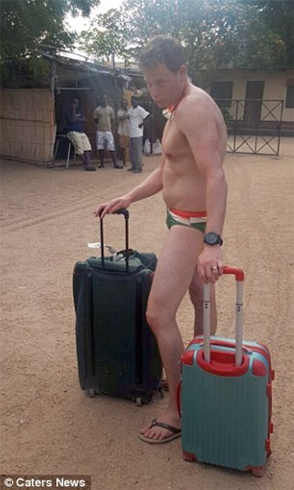 Trong khi các đồng đội của Greig đã có sự chuẩn bị trước và mặc quần áo chỉnh tề, thì trên người anh chàng này lại chỉ có duy nhất chiếc quần bơi có hình dạng giống với quần lót của đàn ông.