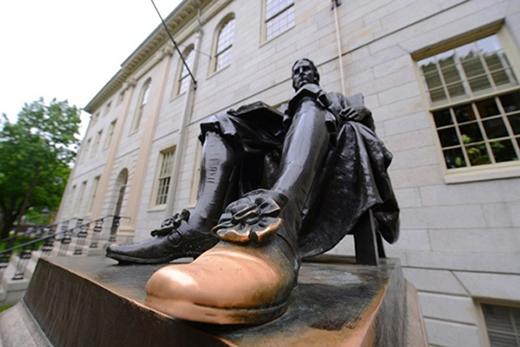 Ngôi trường này được đặt lại theo tên của một vị mục sư - John Harvard. Nhiều sinh viên trong trường truyền tai nhau rằng bất cứ ai chạm vào bàn chân của bức tượng vị mục sư được đặt trong khuôn viên trường thì sẽ gặp nhiều may mắn trong học tập, sự nghiệp.