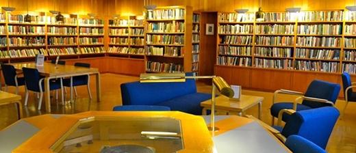 Thư viện của ngôi trường này đầu tư đa dạng các thể loại sách dành cho sinh viên. Harvard được mệnh danh là một trong bốn thư viện Bách khoa toàn thư lớn nhất thế giới sau thư viện Hoàng Gia Anh, thư viện Quốc Gia Pháp và thư viện Quốc Hội Mỹ.
