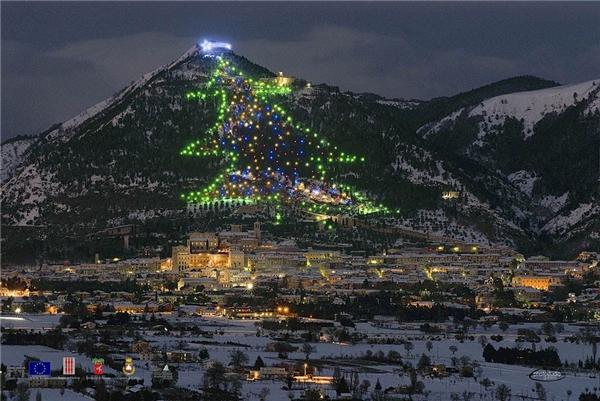 """Cây mà không phải cây: """"cây thông"""" khổng lồ ở Gubbio, Ý này được tạo từánh sáng của nhiều cây thông nhỏ."""