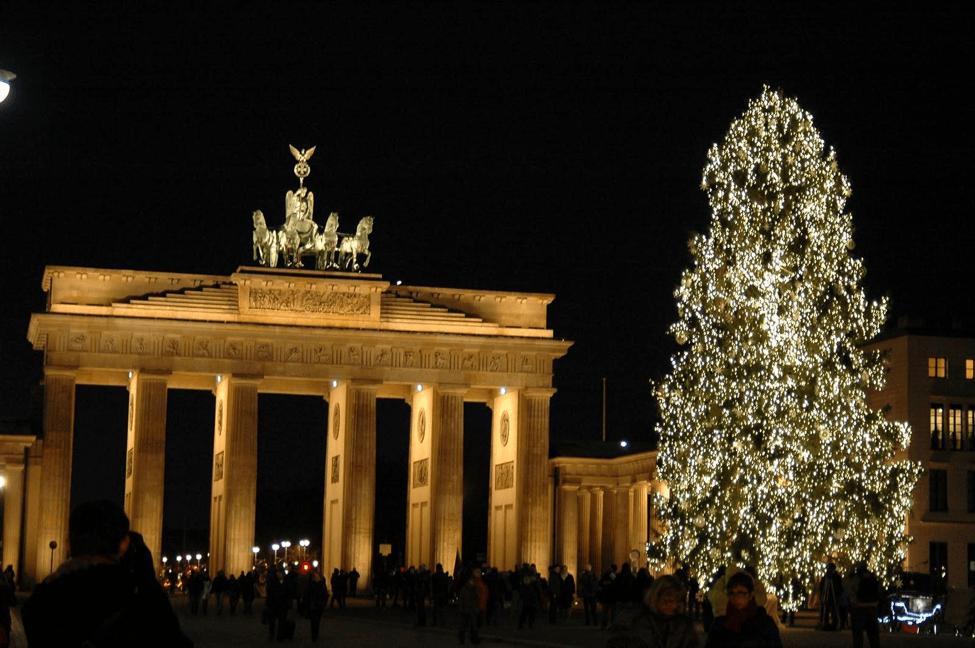 Nằm ngay cổng Brandenburg ở Berlin, Đức, cây thông này tất nhiên phải được trang hoàng thậtlộng lẫy.