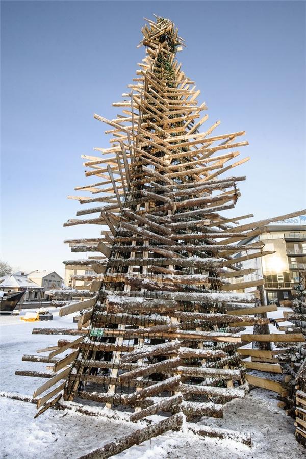 Đâu cần cầu kì, cây thông được ghép từ những thanh gỗ ở Estonianày vẫn có sức hút khó cưỡng.