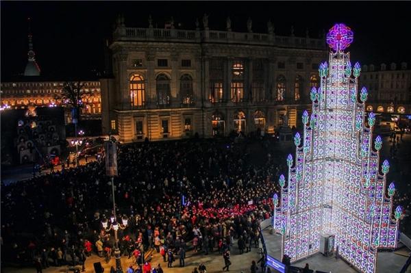 Liệu cây thông ở Turin, Ý lấy ý tưởng từ lâu đài của nàng công chúa tuyết?