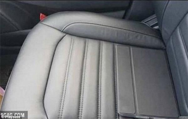 Chỉ là một chiếc xe ô tô trống không vậy có gì kì lạ nhỉ? Cẩn thận và nhìn lại một lần nữa đi, có một chiếc iPad để trên ghế đấy, chỉ là vỏ của nó trùng với màu của nệm mà thôi.