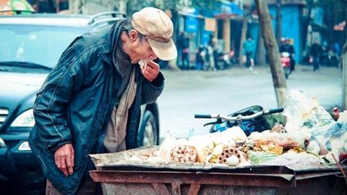 Khoảnh khắc cụ già nhặt thức ăn từ thùng rác đã gây xúc động mạnh trên mạng xã hội. Hình ảnh khiến nhiều người giật mình nhận ra giá trị của cuộc sống và là một bài học để trân trọng những gì mình đang có.