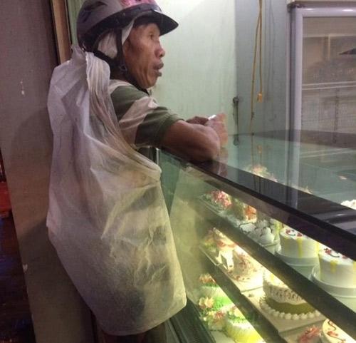 Bức ảnh gây xúc động khi người cha co ro trong bao nilon giữa cơn mưa nặng hạt để đi mua bánh sinh nhật cho con. Khoảnh khắc chứng tỏ tình cảm thiêng liêng đấng sinh thành.