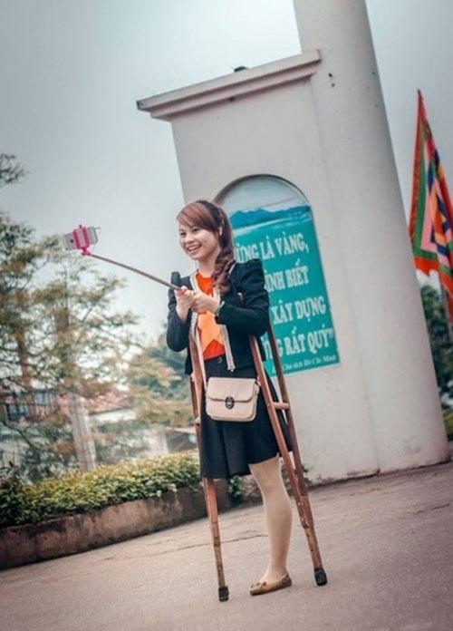 Trong ảnh là Lệ Thu (1994, Bắc Giang), vì một tai nạn từ năm lớp 5 mà cô bạn đã mất 1 chân. Thế nhưng không vì vậy mà cuộc sống của Lệ Thu trở nên buồn tẻ. Sự lạc quan và yêu đời vẫn hiển hiện trên ánh mắt, nụ cười của cô gái này.
