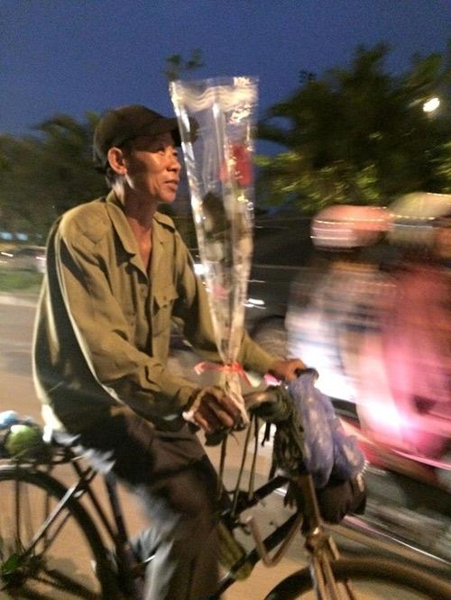 Chỉ là một người đàn ông trên chiếc xe đạp cũ với cành hoa hồng, nhưng hình ảnh được chụp lại vào dịp 20/10 này lại khiến nhiều người xúc động. Đằng sau bức ảnh là cả một câu chuyện ý nghĩa về tình cảm vợ chồng đầy ấm áp và giản dị.
